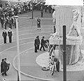 Kranslegging op de Dam door het Koninklijk paar, Bestanddeelnr 913-8719.jpg