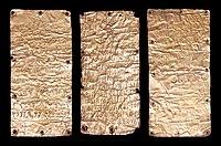 Lamine d'oro in lingua etrusca e fenicia con dedica di un luogo sacro a pyrgi.jpg