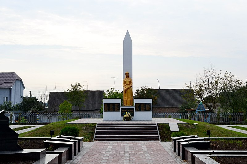 Файл:Liubeshiv Volynska-monument to the countryman-general view.jpg