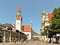 München, Viktualienmarkt met das Alte Rathaus D-1-62-000-4289 positie1 2012-08-05 14.56.jpg