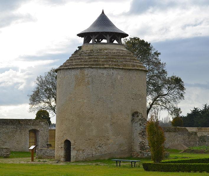 Machecoul vers Nantes chez Gilles de Rais 708px-Machecoul_-_Abbaye_Notre-Dame-de-la-Chaume_%284%29