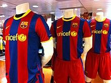 trois maillots du club présentés dans un magasin