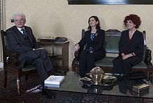 Laura Boldrini con Valeria Fedeli, presidente vicaria del Senato, e il neoeletto Sergio Mattarella in occasione della comunicazione ufficiale della sua elezione a presidente della Repubblica nel 2015.