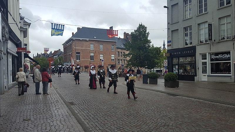 File:Mechelen optocht-Mechelse Kolveniersgilde (1).jpg