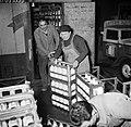 Melkfabriek mannen verslepen kratten met melkflessen, Bestanddeelnr 252-9457.jpg