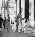 Mensen in een straat met links een man die staat te roken en rechts een vrouw me, Bestanddeelnr 191-1270.jpg