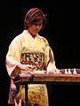 Mieko Miyazaki jouant du Koto (musée Guimet).jpg