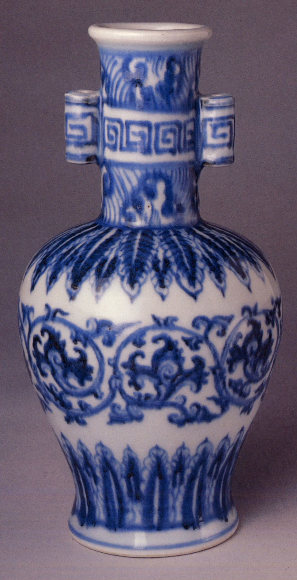 Ming dynasty Xuande mark and period (1426–35) imperial blue and white vase, from The Metropolitan Museum of Art. 明宣德 景德鎮窯青花貫耳瓶, 纽约大都博物馆