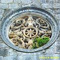 Monte Sant'Angelo (FG), Rosone del portale della Chiesa di San Pietro con quattro sirene bicaudate e con code - gambe intrecciate.jpg