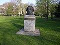 Moses Mendelssohn, Büste im Stadtpark von Dessau.jpg