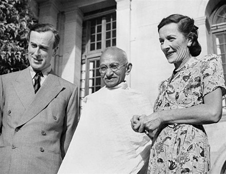 Gandhi in 1947, with Lord Louis Mountbatten, Britain's last Viceroy of India, and his wife Edwina Mountbatten Mountbattens with Gandhi (IND 5298).jpg