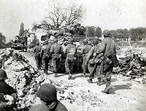 Soldaten der 3. Division der 7. US-Armee dringen am 16.April 1945 von Norden her nach Nürnberg ein.