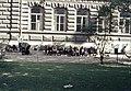 Nuorisoa Ateneumin taidemuseon länsiseinällä - XLVIII-887 - hkm.HKMS000005-km0000m2jb.jpg