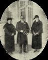 O Presidente Teixeira Gomes no Sanatório Marítimo do Norte, entre as beneméritas D. Helena Souza Dias e D. Helena Ribas Dias - Ilustração Portugueza (16Fev1924).png