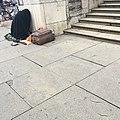 Obdachloser Mann vor dem Nationaltheater München.jpg