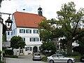 Obersontheim, Rathaus, Blick nach ENE auf die SW-Fassade, daneben Dorflinde.JPG