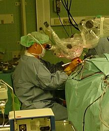 Intervento microchirurgico all'orecchio: questo tipo di interventi viene eseguito con l'ausilio del microscopio operatorio