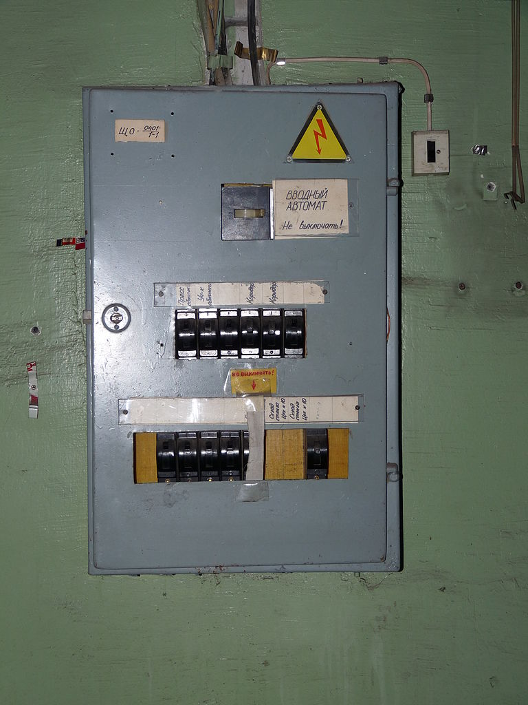 file old fuse box in abandoned factory jpg wikimedia commons rh commons wikimedia org Old 60 Amp Fuse Box Old Murray Fuse Box