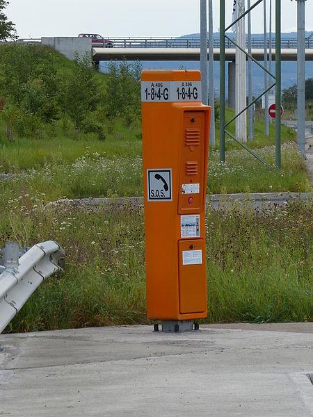Panneau ID5a sur poste d'appel d'urgence de l'A406, France