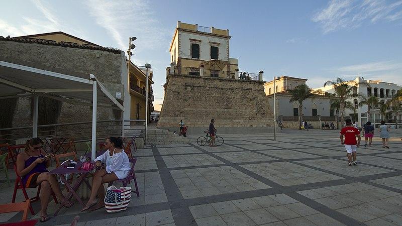 File:Piazza Duca degli Abruzzi, Marina di Ragusa, Ragusa, Sicily, Italy - panoramio.jpg