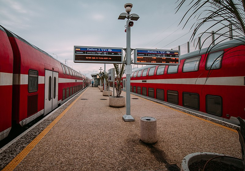 רכבות בתחנה