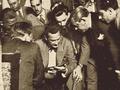 Prestes polícia examina documentos esconderijo 1936.png