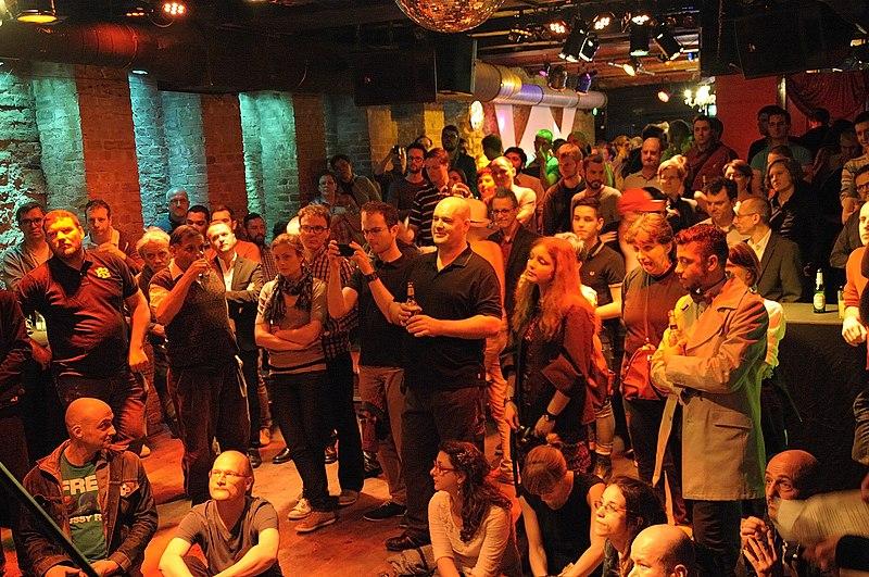 File:Queer-Empfang der Fraktion DIE LINKE im Bundestag im Berliner SchwuZ (8660743898).jpg