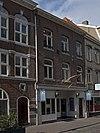 foto van Huis met lijstgevel waarin segmentboogvensters en een hardstenen ingangsomraming
