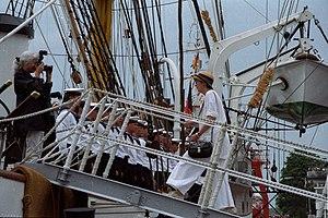 Ministerpräsidentin Heide Simonis geht im Kreishafen in Rendsburg an Bord des Segelschulschiffes Gorch Fock
