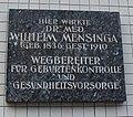 Schild mit Wortlaut Hier wirkte Dr. Med. Wilhelm Mensinga (Geb. 1836, Gest. 1910) Wegbereiter für Geburtenkontrolle und Gesundheitsvorsorge.jpg