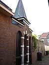 foto van Gotisch muurfragment met geprofileerde bakstenen vensteromlijsting