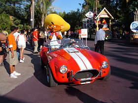 Speedy Gonzales et sa voiture (une AC Cobra) en parade au Six Flags Magic Mountain en 2007.