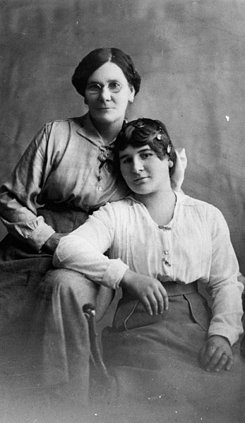 File:StateLibQld 1 179911 Mother and daughter of the Leonard family.jpg
