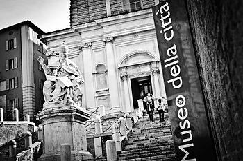 Statua di Papa Clemente XII e la scalinata.jpg