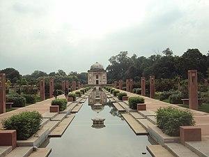 Sunder Nursery - Image: Sunder Burj Tomb with fountain