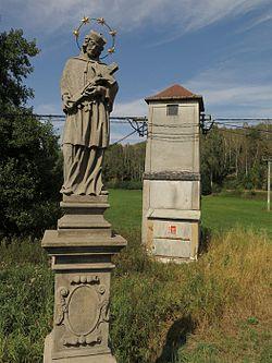 Třebčice, socha svatého Jana Nepomuckého.jpg