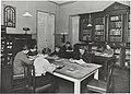 Taideteollisuuskeskuskoulun kirjasto Ateneum-rakennuksessa, opiskelijoita lukemassa, 1920-luku. Taideteollisuuskeskuskoulun opetustilanteita.-TaiKV-07-022.jpg