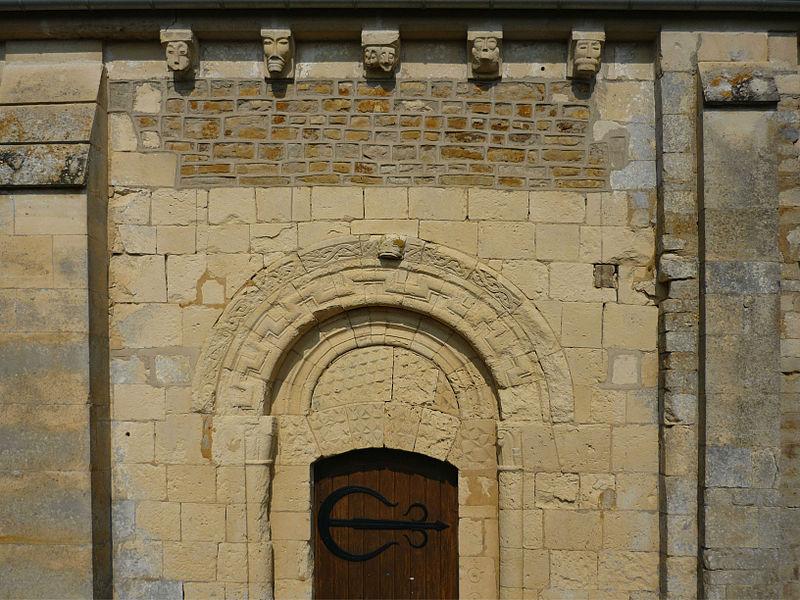 Portail sud et modillons de l'église Saint-Germain de Tessel (Calvados)