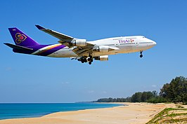 Een Boeing 747-400 van Thai Airways International landt op de internationale luchthaven van Phuket