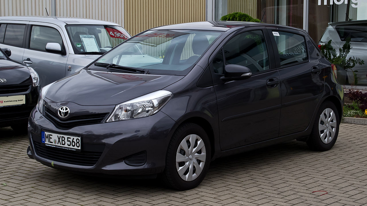 file toyota yaris 1 0 vvt i cool xp130 frontansicht 18 mai 2012 wikimedia. Black Bedroom Furniture Sets. Home Design Ideas