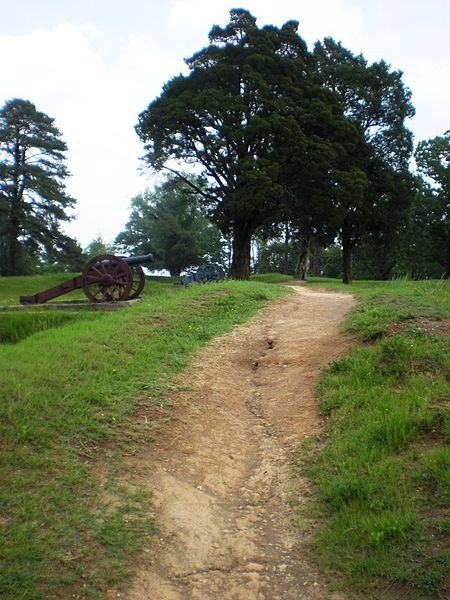 File:US cannon and earthworks at Yorktown National Battlefield.jpg