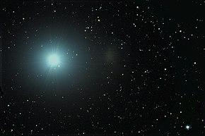 L'oggetto brillante sulla sinistra è Regolo. La debole macchia chiara al centro è la galassia nana sferoidale UGC 5470.
