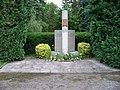 Uhříněves, Husovo náměstí, pomník.jpg