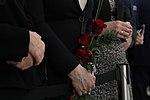 Uroczystość odsłonięcia tablicy upamiętniającej śp. Prezydenta RP Lecha Kaczyńskiego róże.jpg