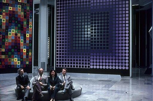 Vásárhelyi Győző (Victor Vasarely) magyar-francia festő alapítványi múzeuma. Balról a második Vásárhelyi Győző. Fortepan 100608