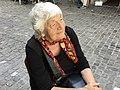 Verena E. Müller (frontal) an der Marktgasse 15 (draussen) im Zürcher Niederdorf.jpg