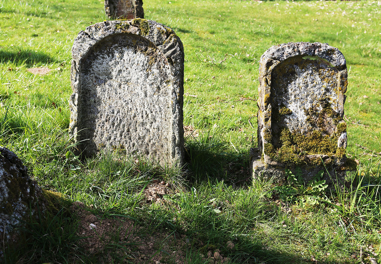 Verwitterte Grabsteine Jüd. Friedhof Kirchberg (Hunsrück).jpg