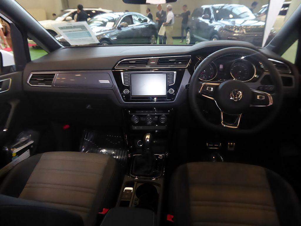 Volkswagen Golf Touran TSI R-Line (DBA-1TCZD) interior.jpg