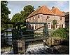 Annex de Koppelpoort de voormalige Volmolen. Rechthoekig gebouw met kruisvensters en halve luiken, aan de stadsgracht bij de sluizen gelegen