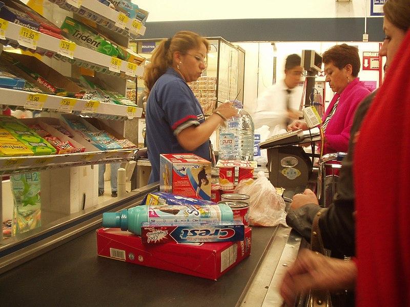 Caisse de supermarché Wal-Mart au Mexique. Source : Enriquecornejo/Wikipédia